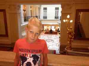 Lars Henrik er klar for å spise middag i Budapest - på vei ned trappen på fasjonable Hotel Corinthia i Budapest