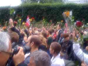 Rosetoget i Oslo viser enorme folkemengder som demonstrerer med roser og flagg, i Oslo 25. juli 2011.