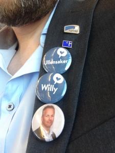 Buttons på jakkeslaget med Høyre-logo, H-partner-logo, Ullensaker, Willy og et bilde av Willy Kvilten